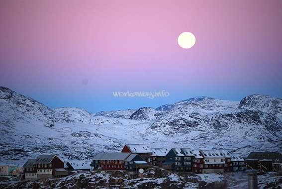 The moon over Qaqortoq